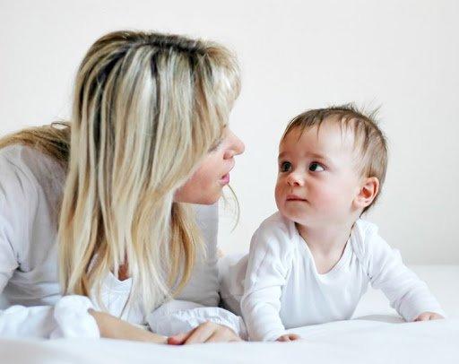Ebeveynler bebeklerle konuşmakla, gelişimlerini, beyninin organizasyonu ve gelecekteki başarıları için çok önemli bir şekilde kolaylaştırmaktadır. Bebekler konuşmak veya gevezelik etmeye başlamadan çok önce, ebeveynlerinin kendilerine söylediklerini dinlerler.