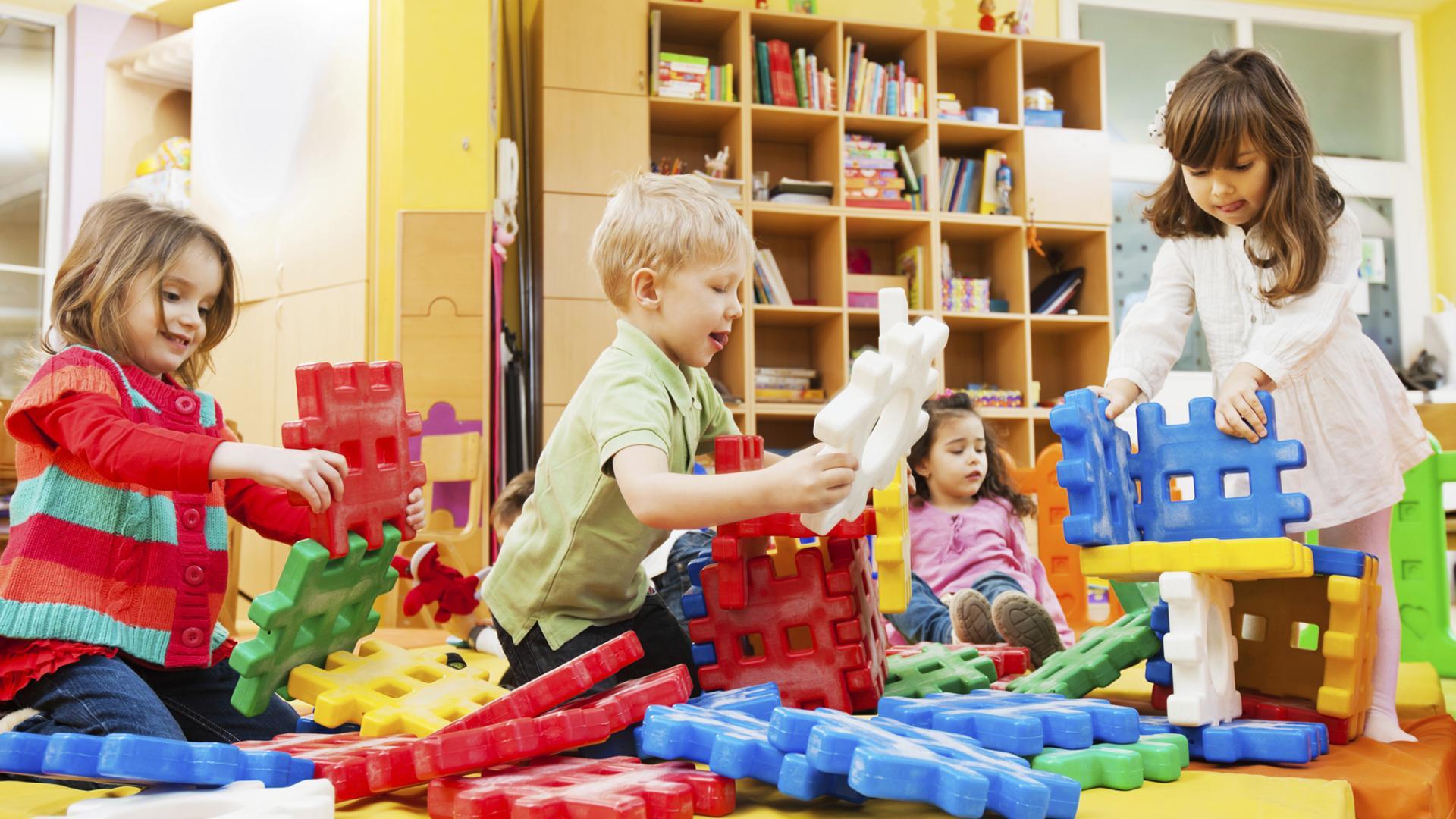 Oyun alanında oynayan üç tane çocuğun görselidir.