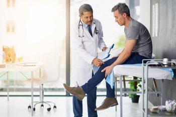 Yaralanma veya hastalıktan sonra iyileşme zor ve uzun bir zaman alabilir ancak ortopedik rehabilitasyon bunu kolaylaştırır.